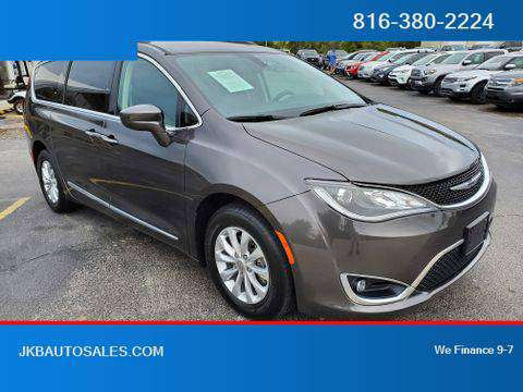2017 Chrysler Pacifica FWD Touring-L Minivan 4D Trades Welcome Financi for sale in Harrisonville, MO
