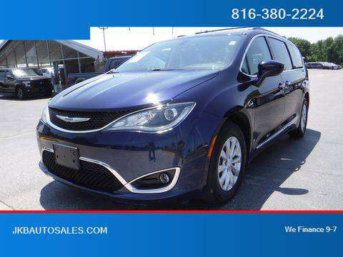 2017 Chrysler Pacifica FWD Touring-L Minivan 4D Trades Welcome Financi for sale in Harrisonville, KS