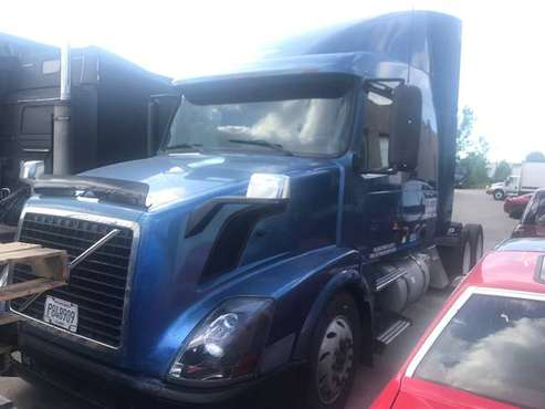 2006 VOLVO VNL630 ISX 400 ST 10SPEED AUTOMATIC WITH CLUTCH SEMI TRUCK for sale in Lombard, IL