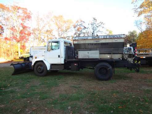 1998 Freight Liner 9' feet plow, 6 yard sander hydraulic for sale in Fall River, MA